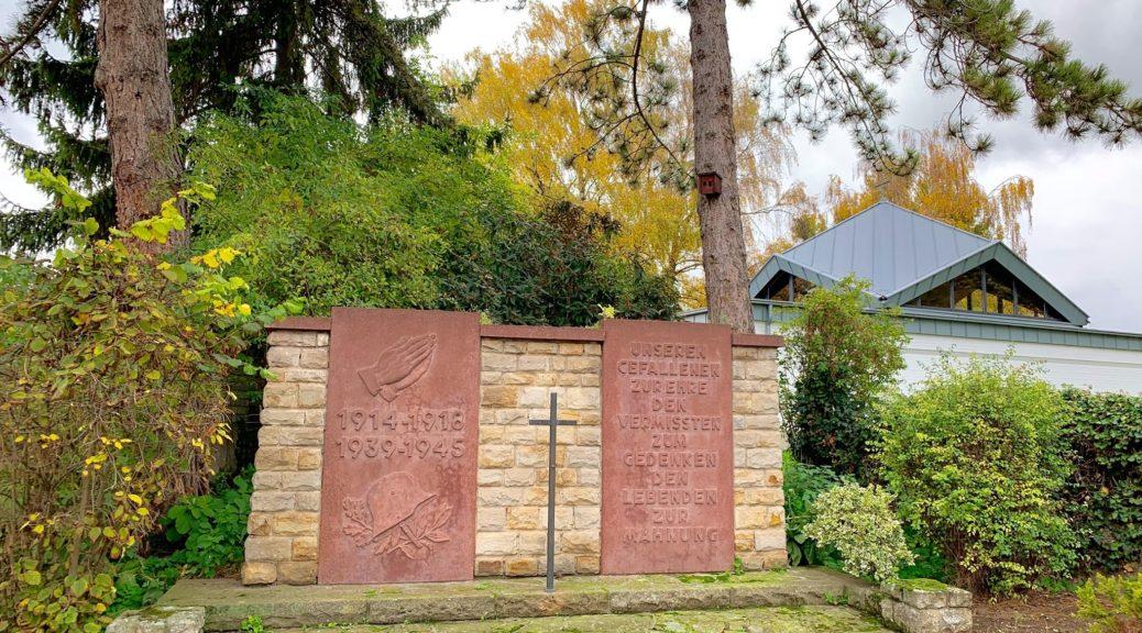 Gedenkstein für die Opfer von Krieg und Gewaltherrschaft am Friedhof