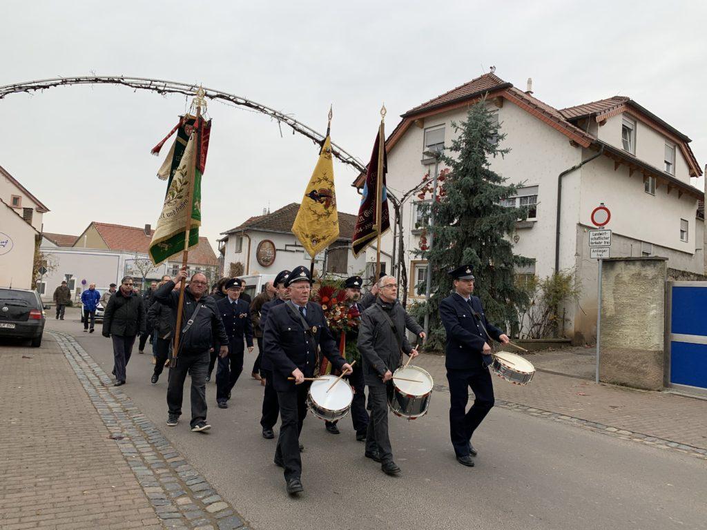 Gemeindemitglieder gehen zum Denkmal