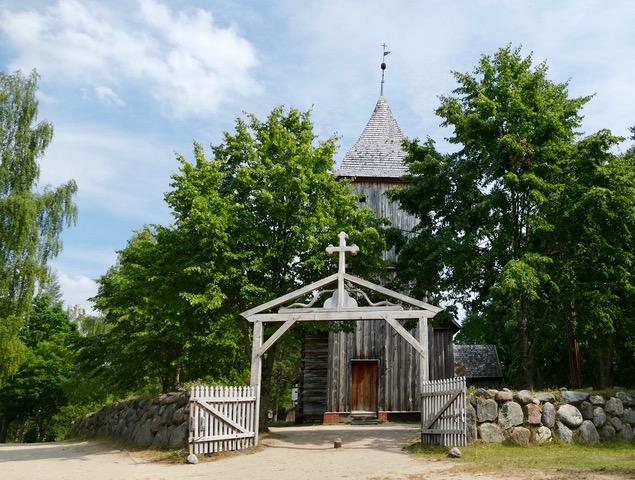 mittelalterliche Holzkirche mit Tor